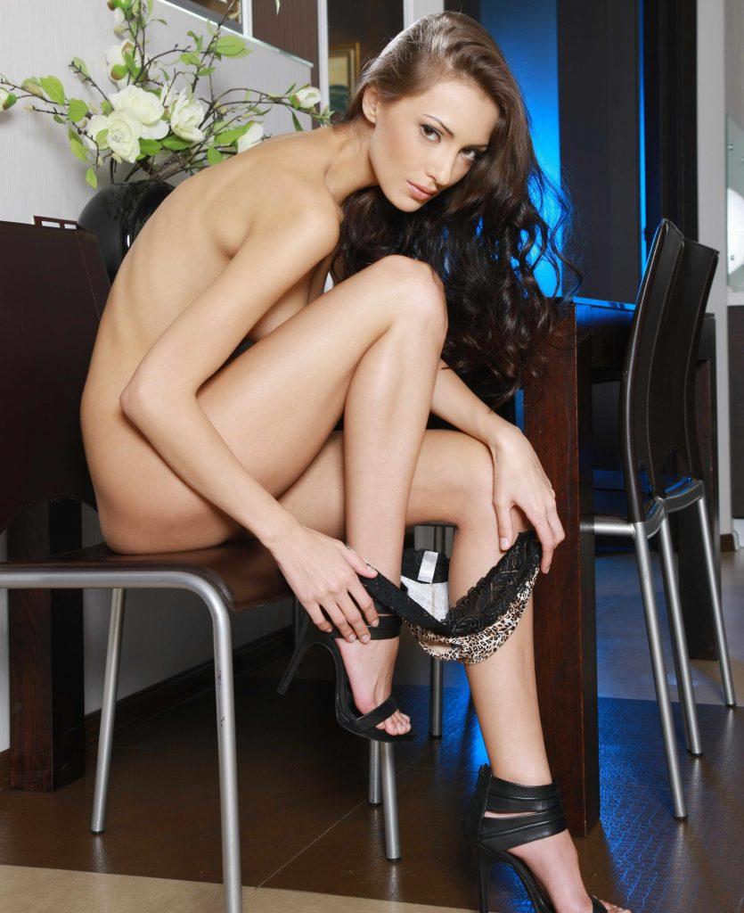 sexy Brünette mit langen Beinen